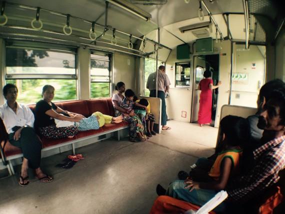 ヤンゴン電車車内