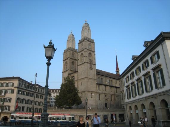 チューリッヒ内で絶好のビュースポットに1つに数えられるグロスミュンスター大聖堂
