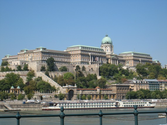 小高い丘に悠然とそびえる王宮は見どころがたくさんあります。
