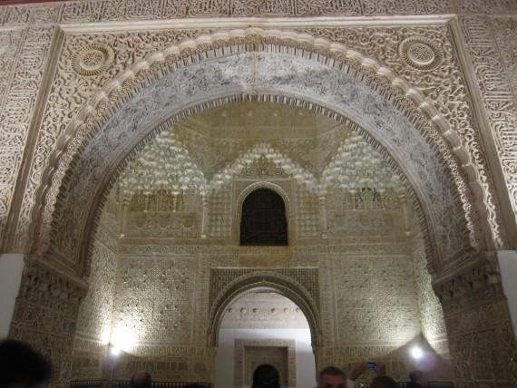 精巧に作られたアラベスク模様の漆器細工
