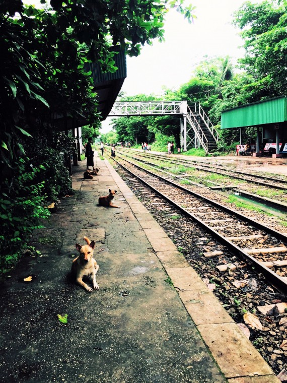 ヤンゴン・駅のホーム