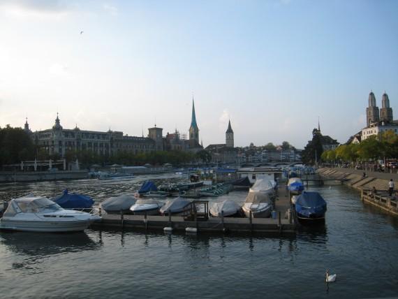 湖に面した街チューリッヒは首都であるにも関わらず程よい静けさがある
