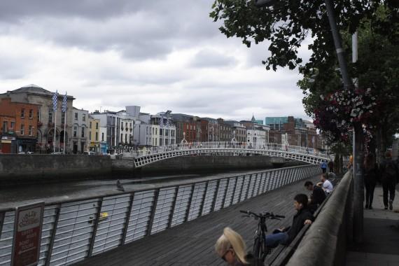 ダブリンの中心を流れるリフィ川、市民の憩いの場となっている。
