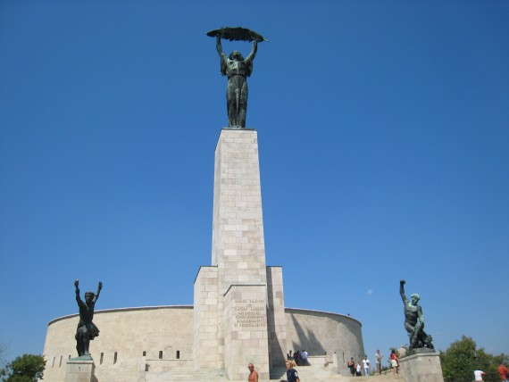 自由の像は丘からブダペストの街を見守っている