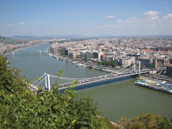 ドナウ川を挟んでブダ地区とペスト地区に分かれている。
