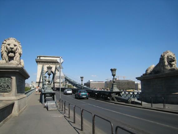 2体のライオン像が鎮座するくさり橋