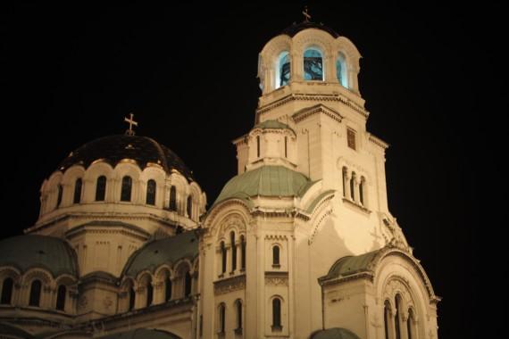 ライトアップされより荘厳な雰囲気を漂わせるアレクサンダル・ネフスキー寺院