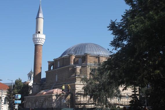 イスラム王朝時代の名残を今に伝えるバーニャ・バシ・ジャーミヤ