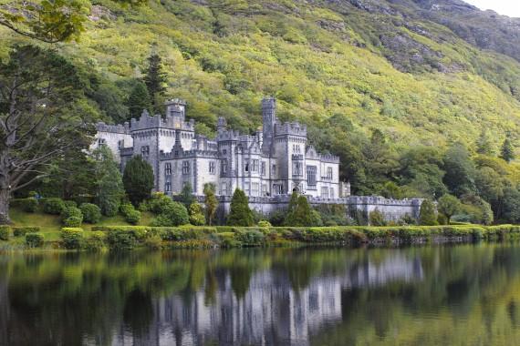湖畔にひっそりと佇むカイルモア修道院